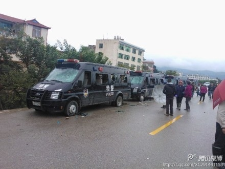 雲南廣濟村抗暴,村民扣押了15名警察和政府官員,砸毀20餘輛警車。23日,當局妥協。(網絡圖片)