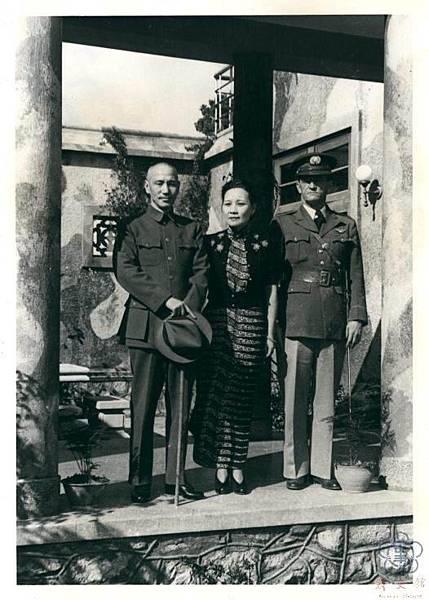 1945年3月24日,蔣中正、宋美齡在昆明與志願來華參戰的美國空軍「飛虎隊」隊長陳納德合影。。(臺北市政府)