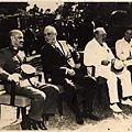 1943年11月國民政府主席蔣中正參加開羅會議,偕夫人宋美齡,與美國總統羅斯福、英國首相邱吉爾合影。(國史館)。(天下文化)