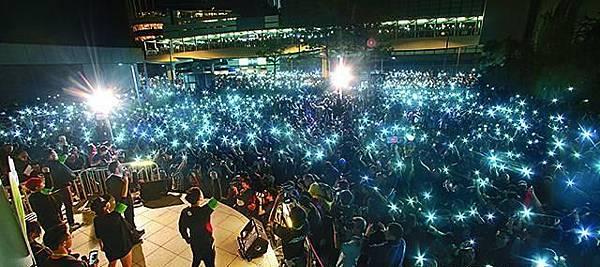 昨晚再有逾10萬人包圍政總,他們高舉亮着燈的手機緩緩搖晃,每點光都代表市民對公平發牌的訴求。羅君豪攝