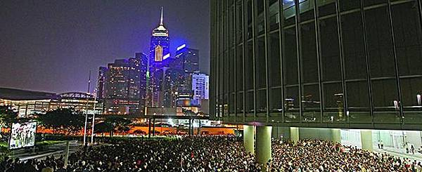 大會在立會外亦設置大銀幕,大批市民坐在地上觀看政總現場轉播。王子俊攝