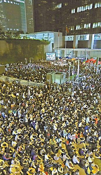 十萬人昨晚在政府總部外集會,力撐港視員工繼續抗爭。易仰民攝