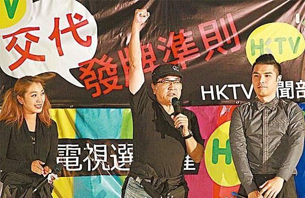 秦沛昨晚到政總為兒子姜文杰(右)及女兒姜麗文(左)站台。李家皓攝