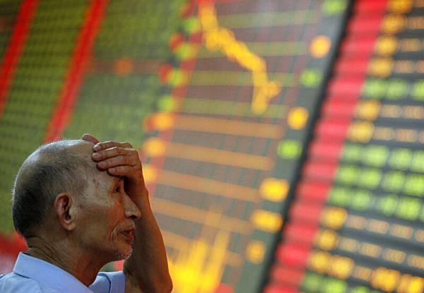 自從全球經濟走出衰退四年以來,中共股市比世界上任何其他國家損失更多錢。圖為2013年6月24日,中  共安徽省一家證券交易所。 (AFP PHOTO)