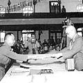 1943年開羅會議討論對日作戰計劃,羅斯福接見的是蔣介石,而不是毛澤東。圖為1945年9月,日本在南京向中國投降,中國的代表是國民黨參謀總長兼陸軍總司令何應欽將軍(右)。(歷史檔案圖片)