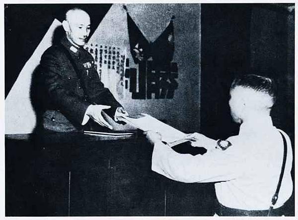 1945年9月10日,中國陸軍副參謀長冷欣將軍奉命抵達重慶,呈獻日本降書予國民政府主席蔣中正。(紀念抗日戰爭勝利暨臺灣光復65週年特展專輯)