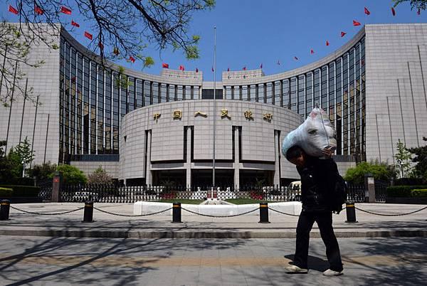 大陸銀行危機一旦爆發,高達107萬億的廣義貨幣將引起金融海嘯。專家指大陸銀行都受中共央行的管制  ,銀行危機實質是中共的危機。圖為中共央行大樓。(AFP PHOTO/Mark RALSTON)