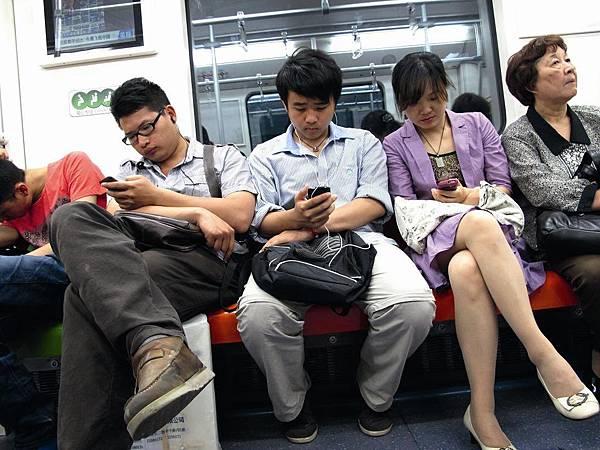 1.使用手機五年可能會致癌; 2.手機掛在左腰比在右腰好; 3.最好不要掛在身上,最好放在背包; 4.手機越迷你,輻射越強; 5.最好用耳機(Handfree)聽。 換句話說,就是千萬不要用手機來談情說愛,有急事才適用。最好不要超過一分鐘,而且最重要的是:一定要用耳機(Handfree),不用的簡直是一種慢性的自殺!
