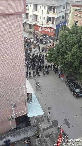 特警全副武裝頭戴鋼盔,手拿盾牌、警棍,前來抓人。特警將派出所周邊的路封住,不准人出入,同時也阻止媒體記者採訪。(網絡圖片)