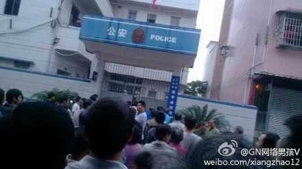 10月28日,廣東省肇慶市廣寧縣賓亨鎮西林村兩村民到賓亨鎮派出所開證明,被派出所警察扣押,數百村民來到派出所,要求警方放人。(網絡圖片)