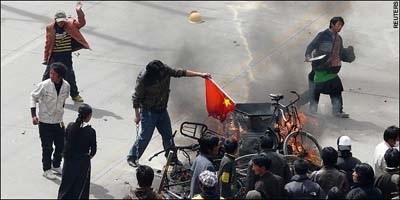2008年3月14號拉薩發生了藏人的示威遊行。有目擊者稱,親眼看到一名警察,手裡拿著刀,跟著一些被抓的人一起走進來,之後這個人脫掉藏人服裝,換回警察服裝。圖中右上角的人被指是警察。(圖片來源:網絡圖片)