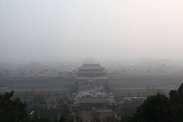 11月2日,中國有10省市同時出現霧霾天氣,華北大部地區再次成為霧霾重災區。2013年11月02日,北京,霧霾下的故宮。當日,北京一週內第三次受重空氣污染圍城。(大紀元資料室)