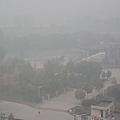 11月2日,中國有10省市同時出現霧霾天氣,華北大部地區再次成為霧霾重災區。2013年11月02日,北京,站在距離北五環不足一公里的高樓上向西北五環望去卻基本看不到北五環。 (大紀元資料室)