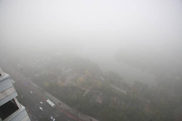 1月2日,中國有10省市同時出現霧霾天氣,華北大部地區再次成為霧霾重災區。2013年11月2日,濟南遭受霧霾天氣污染,能見度極低。俯瞰大明湖全景,如同白紙一張。(大紀元資料室)