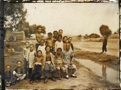 1913年北京西郊,一群小孩。(Albert Kahn 博物館)