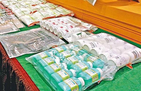 有大陸水貨客來港購買大批港製感冒藥(綠樽)來製冰毒。簡明恩攝