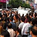 0月28日,廣東省韶關市湞江區站南路因商販被城管毆打,引發大量民眾不滿,圍堵城管,導致當地交  通堵塞了三個小時,並要出動防暴警察解圍。(網絡圖片)