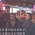 10月29日晚,江蘇無錫市長安鎮,十幾個城管暴力執法毆打兩名老攤販。路人看不過眼紛紛譴責城管,  近千人包圍城管,城管被嚇得連忙登上車逃走。(網絡圖片)