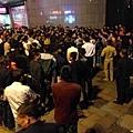 六七名城管帶著幾個社會流氓來到浙江省溫嶺市九龍匯商業步行街夜市巡邏,小販遭三名流氓持警棍圍  毆,小販頭破血流地被打倒在地。在場的人被激怒,紛紛圍堵指責城管暴力執法。(網絡圖片)