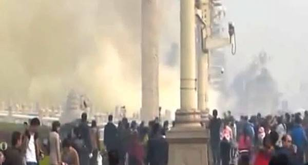 在疑點重重的天安門爆炸案後,北京高調公佈北京市重要人事任免,使得本已霧靄濛濛的北京的時局更顯迷霧重重。(視頻截圖)