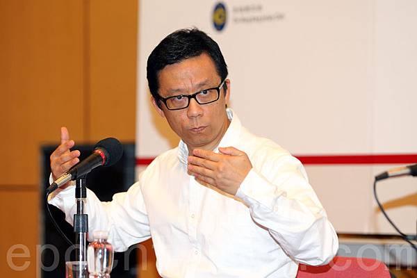 梁振英罔顧憤怒的民意,至今仍然拒絕解釋不向香港電視發出免費電視牌照的理據。香港電視主席王維基批評港府拒絕交代原因,卻頻頻私下放風;他警告政府若再不站出來,他就會站出來。