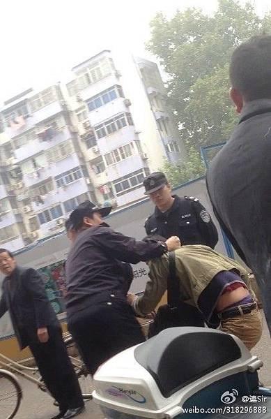 11月2日、3日江蘇省的南京、常州有數百人集體到中國移動江蘇公司營業廳維權抗議。在南京,維權者遭當局打壓,有7人被抓,2人被傳喚。(網絡圖片)