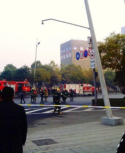 11月6日,山西省委門口發生連環爆炸,據稱有七聲,途經事發現場的公交車玻璃被震爆。(網絡圖片)