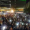 矛頭指向梁振英的電視風雲事件愈演愈烈,香港電視員工連續第六晚在政府總部外的公民廣場舉行最後一晚的包圍集會,大會公佈有超過10萬人參加,現場市民向梁振英當局怒吼「認錯」、「交代拒絕發牌黑幕真相」和「梁振英下台」。(潘在殊/大紀元)