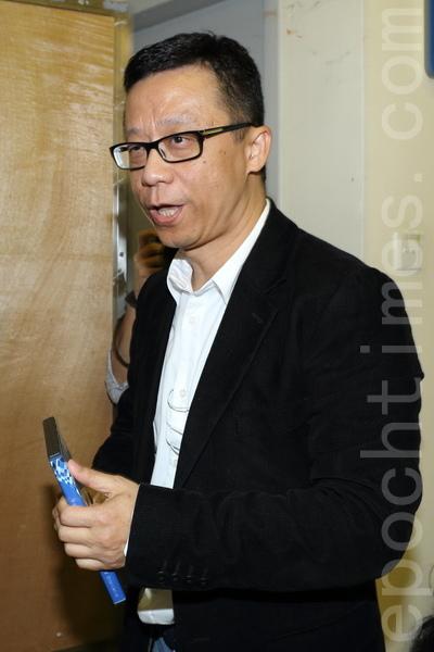 香港電視網絡主席王維基在一場演講中表示,將於3至6個月內推出新計劃,例如發展互聯網電視;對於政府不允許港視披露發牌顧問報告,他則回應指會透過創意思考,研究在不侵犯道德界線下,逼令政府披露更多細節;並認為政府現時是進退兩難,質疑如果政府文件有一些準確資料,為何不在公布發牌結果當日就向公眾披露,而要待十萬人包圍政府總部後才公布。(蔡雯文/大紀元)