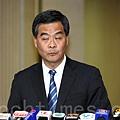 調查電視發牌風波的特權法即將在11月6日星期三表决,梁振英星期二迫於強大民意的壓力下終於表示政府會發6頁書面聲明,在可能情況內進一步解釋免費電視台發牌準則和依據,但未能解釋香港電視為何出局。(潘在殊/大紀元)