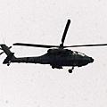 中華民國陸軍向美國購買AH-64E阿帕契攻擊直升機在高雄港組裝順利,6日持續進行降落檢測後,飛往台南歸仁的空特部基地。(中央社)