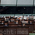 經過二天的激烈辯論,在北京透過中聯辦的干預下,部分建制派立法會議員轉變態度,令泛民派提出的以特權法查電視風波的議案遭否決。(潘在殊/大紀元)