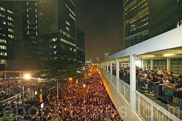 5萬香港市民11月6日趁立法會表决特權法調查電視發牌風波之際,到政府總部和立法會集會,要求立法會通過特權法調查電視發牌真相,他們現場高呼梁振英下台和打倒共產黨。(潘在殊/大紀元)