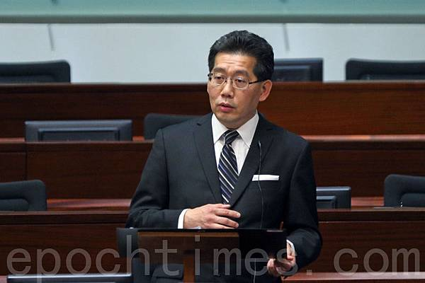 商務及經濟發展局局長蘇錦樑拒絕評論中聯辦拉票阻特權法。(潘在殊/大紀元)