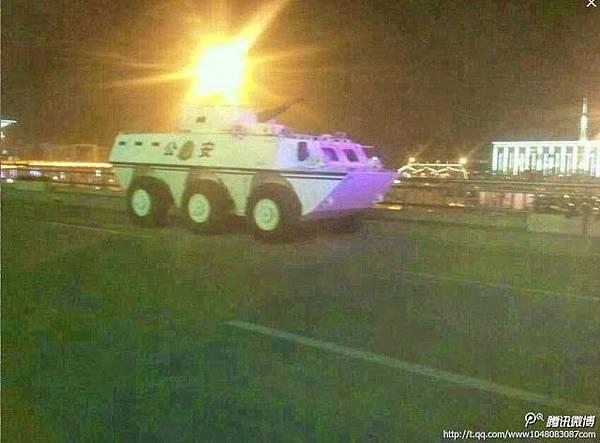 中共三中全會前,發生在山西省委門前的連環爆炸案,讓中共高層和官場感到震驚和恐懼,官媒對此淡化報導,海外消息稱,當局出動大批警力戒備,甚至出現配備重機槍的裝甲車巡邏「保衛」省委大樓。中共十八屆三中全會將在11月9日至12日在北京召開,在天安門和山西連環爆之後,京城戒備森嚴,如臨大敵。(微博圖片)