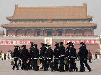 中共十八大三中全會前夕,警察隊伍在北京天安門廣場巡邏2013年11月8日圖片:路透社
