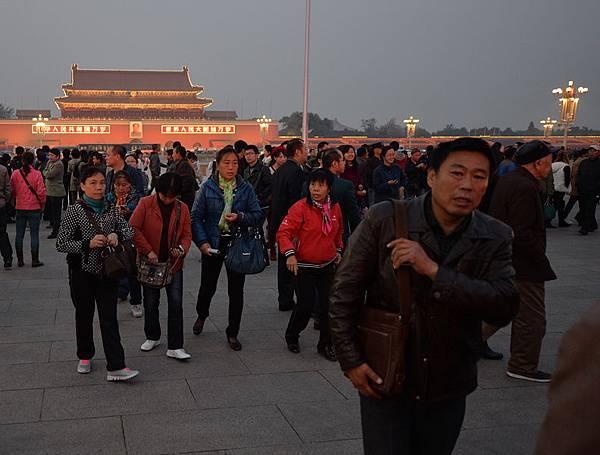 三中全會臨近,天安門加強戒備,圖為11月8日,三中全會召開前一天,民眾離開廣場。(AFP/Getty Images)