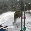 超強颱風海燕(Haiyan)於11月8日凌晨在菲律賓中部登陸,最大持續風速達每小時315 公里,最大陣風達380公里,強風暴雨引起嚴重水災與土石流,海岸更掀起15公尺高的巨浪。 (Charism SAYAT/AFP/Getty Images)