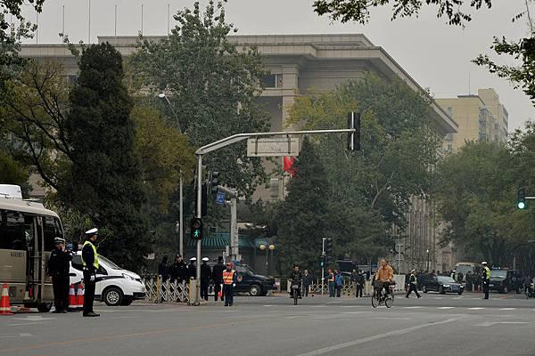 中共十八屆三中全會9日在戒備森嚴的北京京西賓館召開,有大批武警、特警及便衣來回巡邏。(Mark RALSTON/AFP)