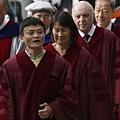 阿里巴巴網站創始人馬雲2013年11月8日香港科技大學領取校方頒發的榮譽博士學位。遭到一群學生們拉橫幅抗議,並報以噓聲。 (圖片來源:路透社/Bobby Yip)