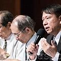 美國南卡羅萊納大學艾肯商學院教授謝田(右1)10日表示,中共經濟能快速壯大的原因,在於奪取中  國人民手中的財富。(陳柏州 /大紀元)