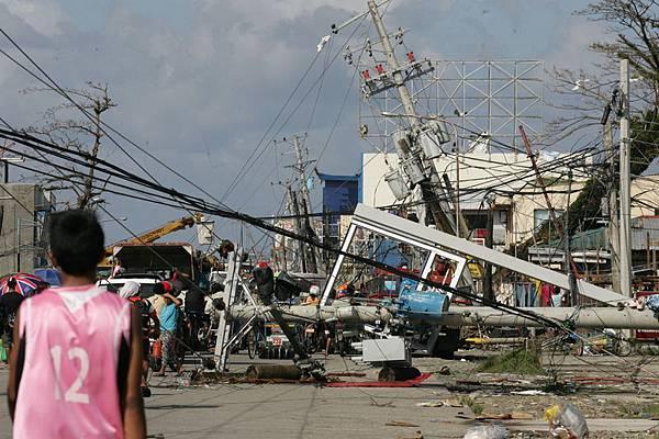 超強颱風海燕8日在菲律賓瘋狂呼嘯了一天,地方政府官員透露,死亡人數超過一萬人。幾乎九成雷伊泰省(Leyte)被夷為平地,數以百計災民曝屍街頭。(Dondi Tawatao/Getty Images)