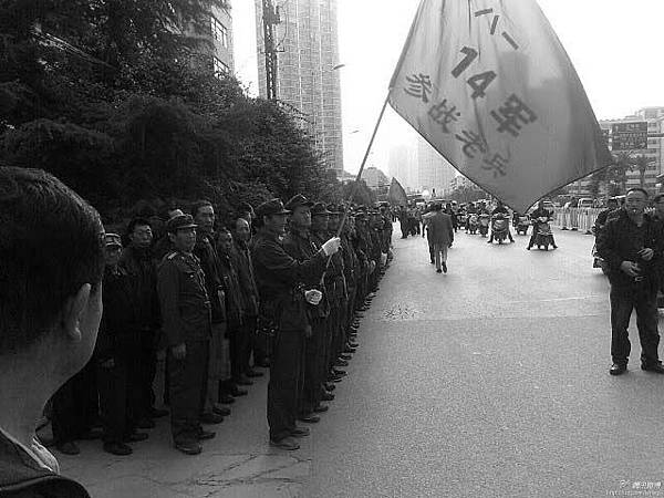2013年9月12日下午14:00,雲南全省上千名14軍參戰老兵,由於退役後生活艱難,在昆明市省民政廳門前集體抗議示威(網絡圖片)