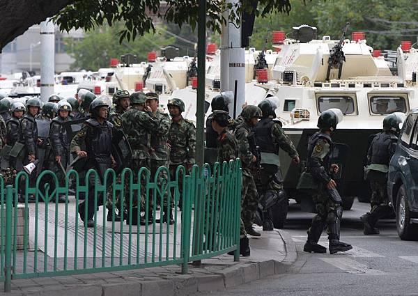 三中全會後,新疆再次爆發激烈衝突,導致9名新疆喀什「抗議者」及兩名中共警察死亡。新疆天山網  當天針對此事,在網站上刊登一則簡短訊息。圖為2013年7·5事件週年前,新疆烏魯木齊街頭滿布軍警  。(MARK RALSTON/AFP/Getty Images)