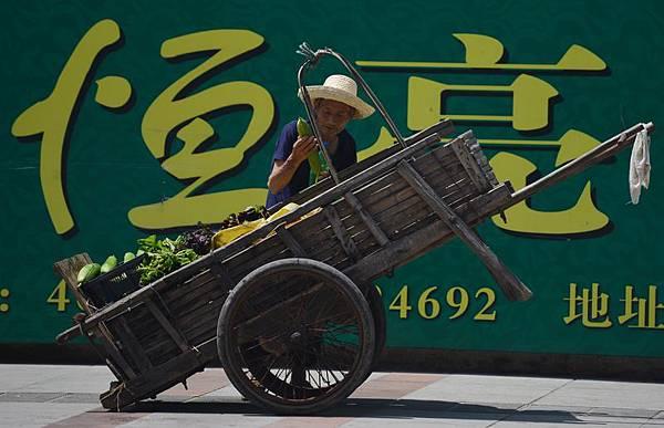 對於中國政局、經濟動盪束手無策的中共當局,只能以靚麗的數據來掩蓋事實真相,16日,中共國家統  計局消息稱,將推GDP新核算體系,此舉將使GDP總量更高。(AFP)