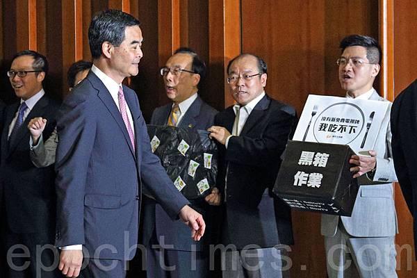 香港全體泛民議員不滿梁振英當局容許中聯辦干預香港內部事務。(潘在殊/大紀元)