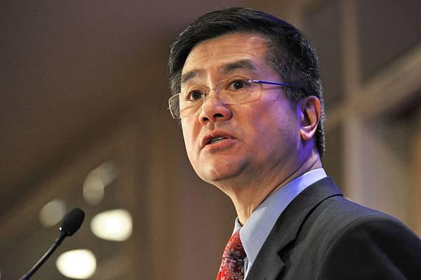 美國駐華大使駱家輝在北京宣佈了中國人赴美簽證的新程序,將免除申請人預約的電話卡費用和領取護照的郵寄費,並實現網上繳費和在線預約。新程序將於3月16日開始實施。(KAREN BLEIER/AFP)