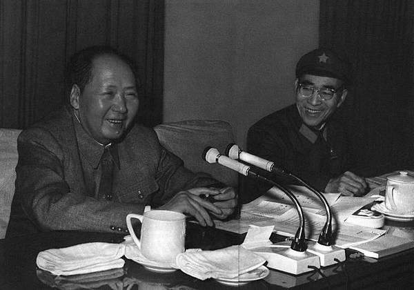 1969年4月,毛澤東和林彪在中共九大會議會議上。(網絡圖片)