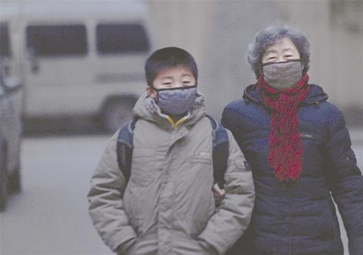 北京時間11月19日下午4點半,湖北武漢陰霾重重,天上飄下大量黑色條狀物,手一捏就成粉末,空氣中瀰漫焦糊味。這種詭異「黑雪」大概下了一個多小時才停止,據悉一個多月前這裡也發生過同樣事情,民眾憂心重重。(大紀元資料圖)