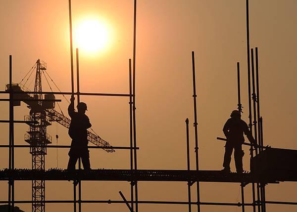 中國房地產市場出現兩極分化的現象,一面是房價飆升,另一面是鬼城遍地。圖為安徽合肥的一處工地。(AFP)